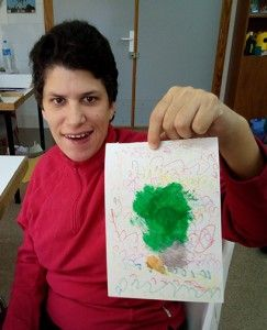 Pilu muestra la tarjeta de Navidad diseñada para Actualia
