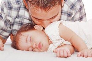 padre besa a su hija para calmarle por picadas de chinche
