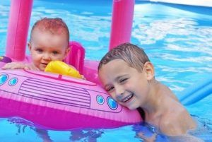 evita los ojos rojos en los niños por el cloro de piscina