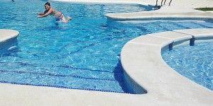 niño bañándose en piscina comunitaria con electrólisis