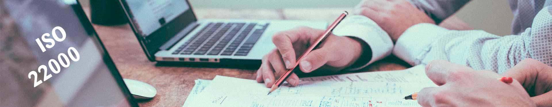 auditor trabaja en la implantación de la ISO 22000