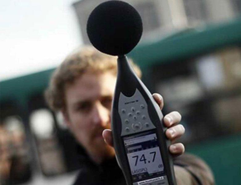 ténico con sistema de medición acústica