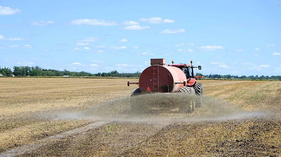 camión aplicando fertilizante ecológico