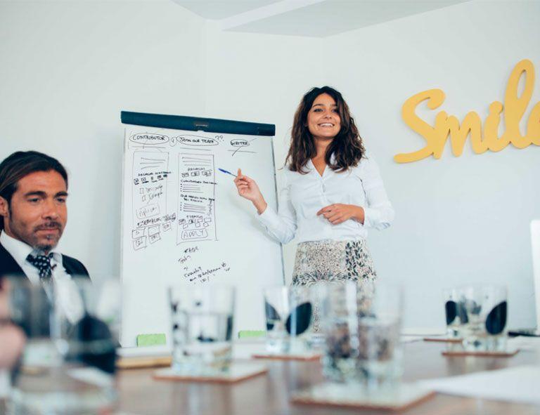 consultores trazando una estrategia de éxito