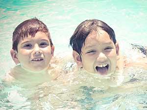 niños bañándose en óptima calidad de agua de piscina