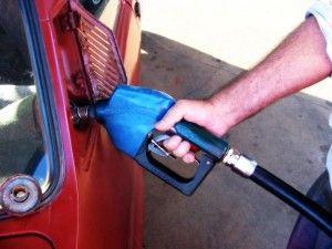 poniendo de gasolina para el coche