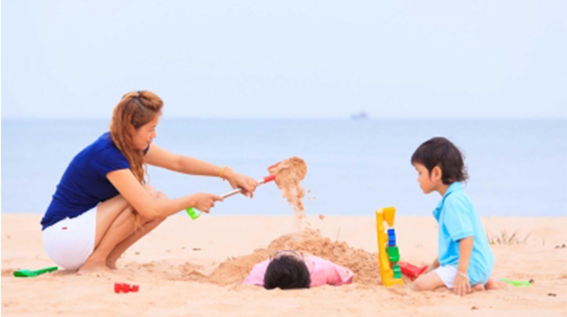 Familia divirtiéndose en la playa