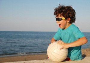 La felicidad del niño jugando al balón