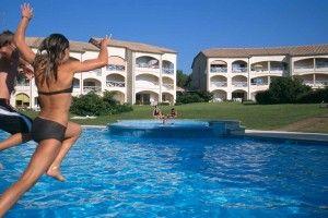 niña bañándose en una piscina de la urbanización