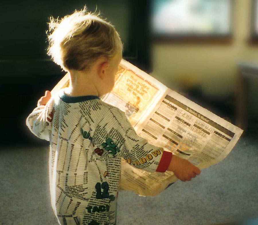 niño con periódico y la protección de datos
