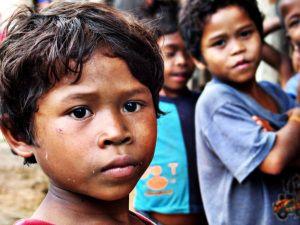 niños sufren la falta de agua potable