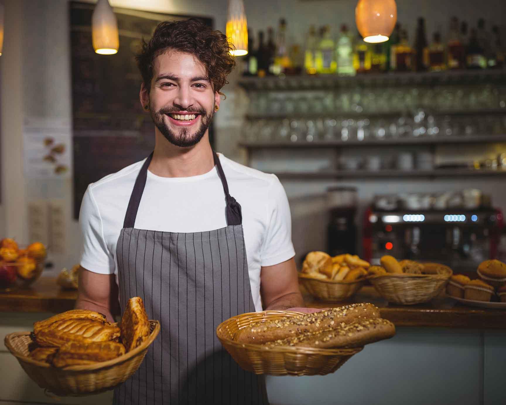 Panadero contento por la obtención del IFS Food