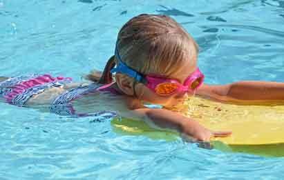 niña disfruta en agua de piscina óptima para el baño