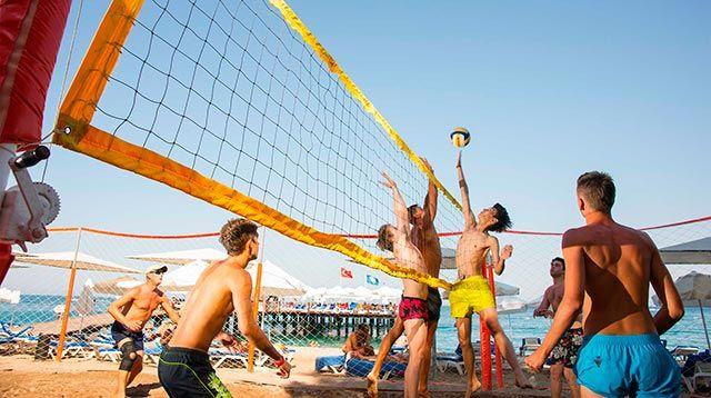 Calidad turística en Playas favorece chicos jugando a volley