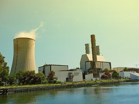 chimenea emite contaminación industrial