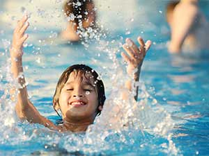 niño se baña feliz por los beneficios de la electrólisis