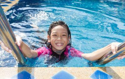 niña feliz en una piscina clorada con electrólisis salina
