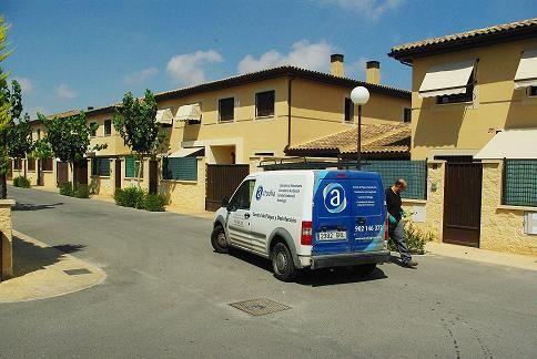 vehículo de Actualia en una urbanización de Alicante