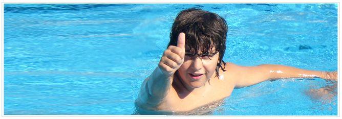 niño a favor del uso de electrólisis salina en piscina