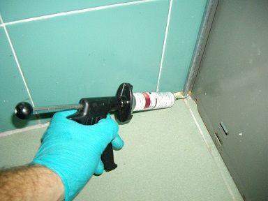 técnico de sanidad ambiental aplica gel insecticida