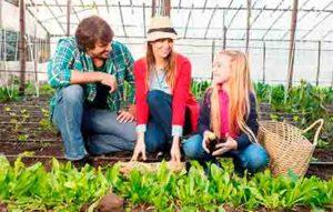 familia manipula fertilizantes en España