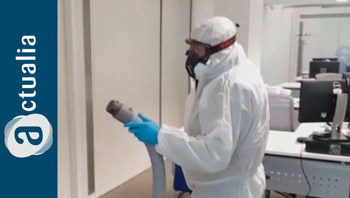 Los técnicos de sanidad ambiental de Actualia realizan tareas de desinfección